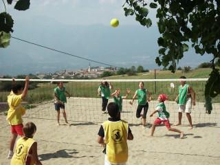 ragazzi giocano a volley